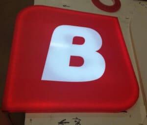 Ультратонкие световые буквы с использованием оргстекла для торцевой подсветки красные